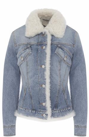Приталенная джинсовая куртка с отделкой из овчины Alexander McQueen. Цвет: голубой