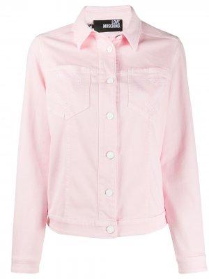 Джинсовая куртка с вышивкой Love Moschino. Цвет: розовый