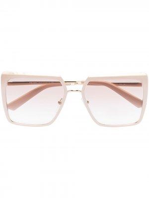 Солнцезащитные очки в массивной оправе Prada Eyewear. Цвет: нейтральные цвета