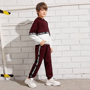 Брюки и двухцветная толстовка с текстовой лентой для мальчиков SHEIN. Цвет: бургундия
