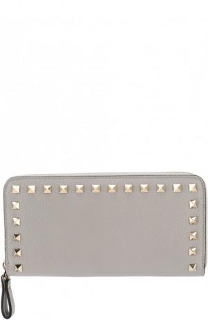 Кожаный кошелек на молнии Garavani Rockstud Valentino. Цвет: светло-серый