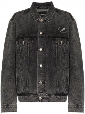 Джинсовая куртка с нашивкой-логотипом We11done. Цвет: серый