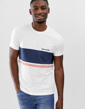 Бело-синяя футболка в полоску с логотипом на груди Abercrombie & Fitch. Цвет: белый