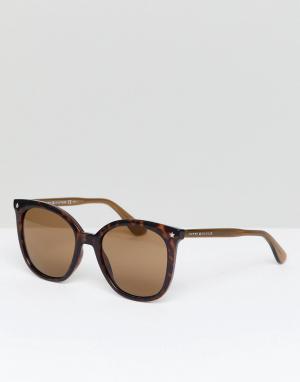 Солнцезащитные очки кошачий глаз в черепаховой оправе Tommy Hilfiger. Цвет: коричневый