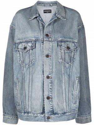 Джинсовая куртка оверсайз с эффектом потертости Balenciaga. Цвет: синий
