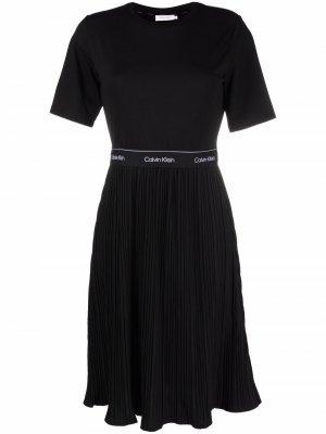 Платье-футболка с плиссированной юбкой Calvin Klein. Цвет: черный