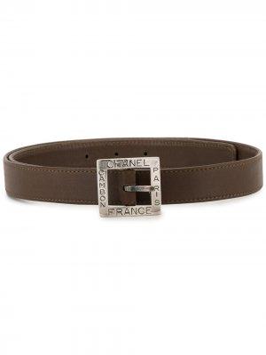 Ремень с квадратной пряжкой и тисненым логотипом Chanel Pre-Owned. Цвет: коричневый