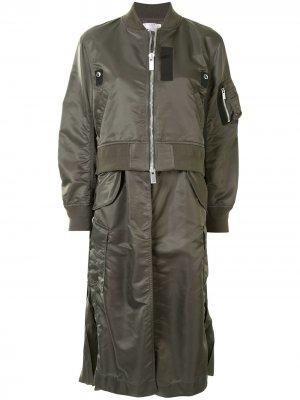 Многослойное пальто-бомбер Sacai. Цвет: зеленый