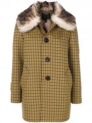 Однобортное пальто с меховой отделкой Marc Jacobs. Цвет: желтый