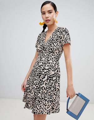 Чайное платье на пуговицах с леопардовым принтом New Look. Цвет: коричневый