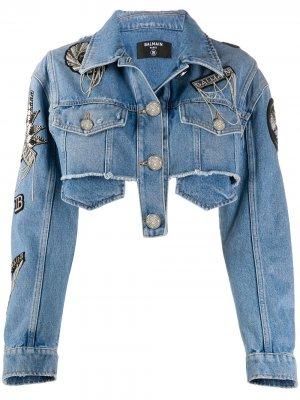 Укороченная джинсовая куртка с нашивкой-логотипом Balmain. Цвет: синий