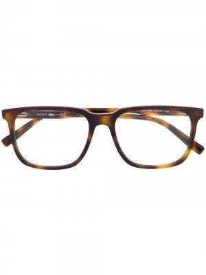 Очки в квадратной оправе с логотипом Lacoste. Цвет: коричневый
