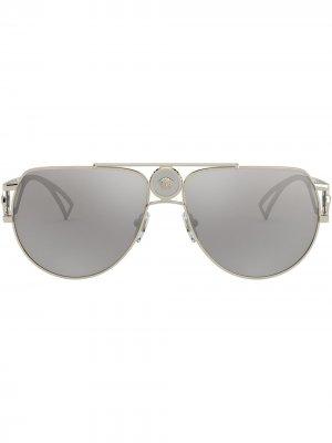 Солнцезащитные очки-авиаторы с декором Medusa Versace Eyewear. Цвет: серый
