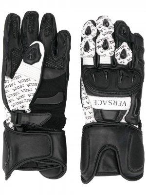 Перчатки с логотипом Versace. Цвет: черный