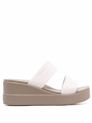 Шлепанцы с открытым носком Crocs. Цвет: нейтральные цвета