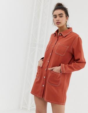 Джинсовое платье-рубашка с контрастными строчками Emory Park. Цвет: красный
