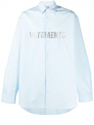 Рубашка с длинными рукавами и логотипом VETEMENTS. Цвет: синий