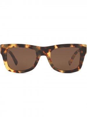 Солнцезащитные очки в квадратной оправе Valentino Eyewear. Цвет: коричневый