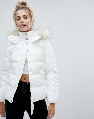 Белая дутая куртка с меховой отделкой на капюшоне Bershka. Цвет: белый