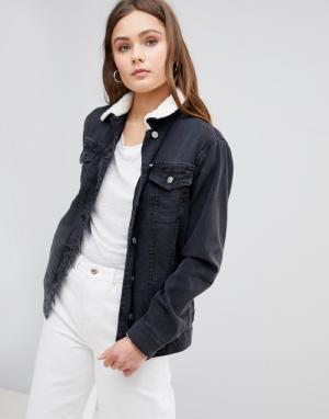 Джинсовая куртка с воротником из искусственного меха Parisian. Цвет: черный