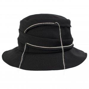 Черная шляпа с белыми нитями Ys