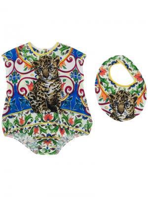 Комплект из комбинезона и нагрудника с принтом Dolce & Gabbana Kids. Цвет: разноцветный