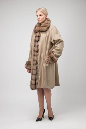 Длинное двустороннее пальто на меху ласки с отделкой из соболя Santini. Цвет: бежевый