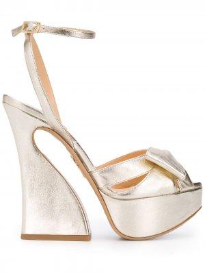 Босоножки на массивном каблуке Charlotte Olympia. Цвет: золотистый