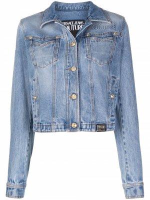 Джинсовая куртка с нашивкой-логотипом Versace Jeans Couture. Цвет: синий