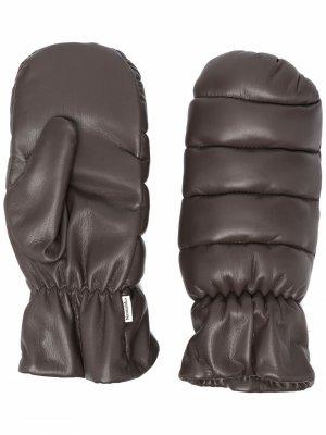Дутые перчатки из искусственной кожи Nanushka. Цвет: коричневый