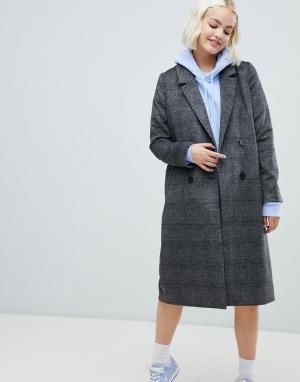 Серое пальто в клетку Monki. Цвет: серый