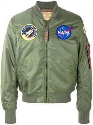 Куртка бомбер с нашивками Alpha Industries. Цвет: зеленый