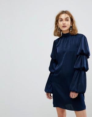 Платье с высоким воротом и ярусными рукавами Lost Ink. Цвет: темно-синий