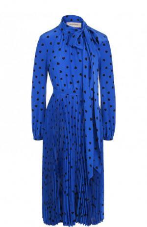 Шелковое платье-миди с принтом и воротником аскот Valentino. Цвет: синий