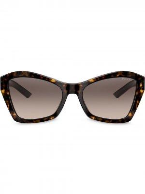 Солнцезащитные очки в геометричной оправе Prada Eyewear. Цвет: коричневый
