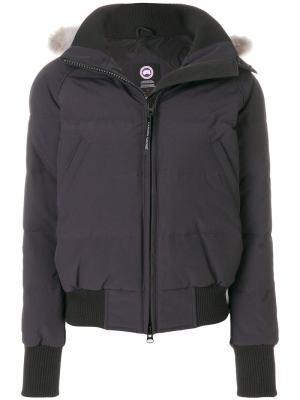 Дутая куртка-бомбер с меховой отделкой на капюшоне Canada Goose. Цвет: синий