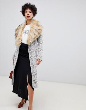 Длинное приталенное пальто в клетку с отделкой искусственным мехом River Island. Цвет: кремовый
