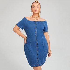 Размера плюс Джинсовое платье с открытыми плечами на пуговицах SHEIN. Цвет: синий цвет средней стирки