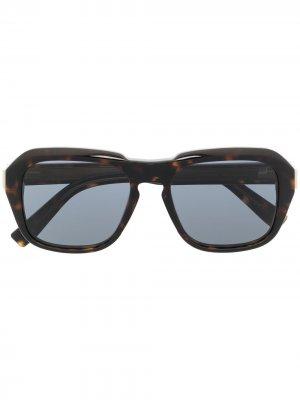 Солнцезащитные очки в массивной квадратной оправе Dunhill. Цвет: коричневый