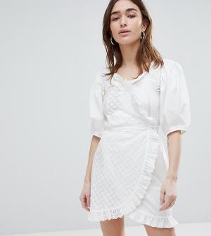 Платье с вышивкой ришелье и кружевной отделкой Lost Ink Petite. Цвет: кремовый