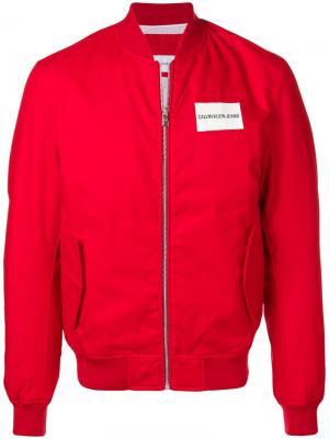 Куртка-бомбер с логотипом Calvin Klein Jeans. Цвет: красный