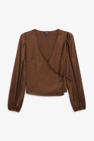 Атласная блуза с запахом Monki. Цвет: коричневый