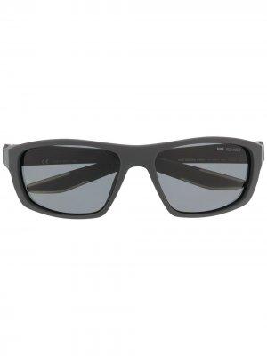 Солнцезащитные очки Brazen Boost Nike. Цвет: серый