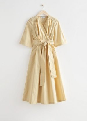 Объемное миди-платье с запахом &Other Stories. Цвет: желтый