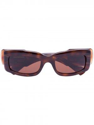 Солнцезащитные очки в прямоугольной оправе Balenciaga Eyewear. Цвет: коричневый