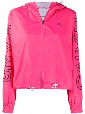 Куртка с капюшоном и логотипом CK Calvin Klein. Цвет: розовый
