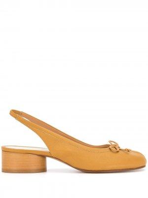 Туфли Tabi 40 с ремешком на пятке Maison Margiela. Цвет: коричневый